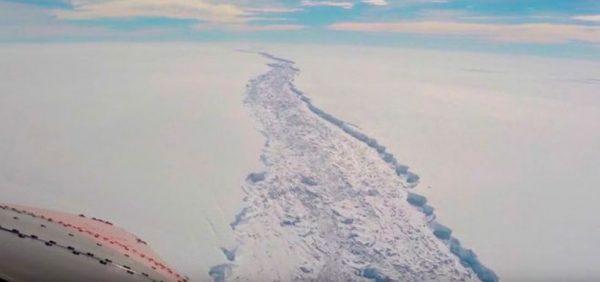 Se desprende un gigantesco iceberg en la Antártica