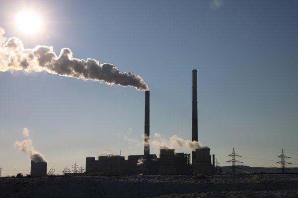 EE.UU. anuncia plan regulador destinado a mantener activas plantas de carbón